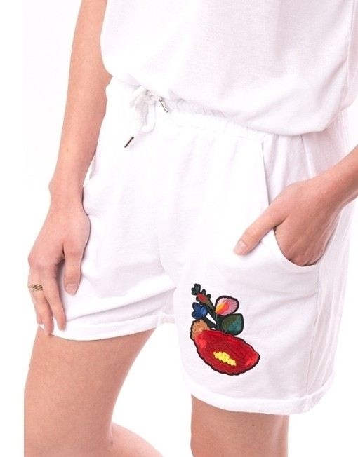 Pantaloni scurti albi cu o broderie colorata