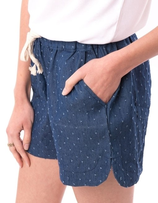 Pantaloni scurti bleumarin cu buline imprimate si snur alb