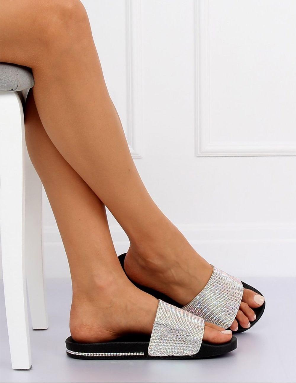 Papuci negri cu aplicatii stralucitoare