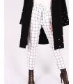 Pantaloni albi cu patrate de culoare neagra